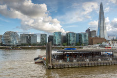 LONDEN, ENGELAND - JUNI 15 2016: Nachtfoto van de Scherfwolkenkrabber van de rivier van Theems, Groot-Brittannië Stock Afbeelding