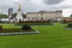 LONDEN, ENGELAND - JUNI 17 2016: Panorama van Buckingham Palace Londen, Groot-Brittannië Stock Fotografie