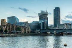 Londen, Engeland - Juni 17 2016: Schemering op Blackfriars-Brug en de Rivier van Theems, Londen Stock Foto