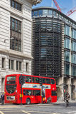 LONDEN, ENGELAND - JUNI 15 2016: Verbazende menings rode bus in stad van Londen, Engeland Stock Foto
