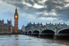 LONDEN, ENGELAND - JUNI 16 2016: Zonsondergangmening van Huizen van het Parlement, het paleis van Westminster, Londen, Engeland Stock Afbeeldingen