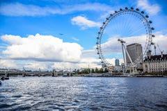 LONDEN, ENGELAND - OKTOBER, 2016: Het beroemde Oog van Londen naast Provinciehuis in Londen stock afbeeldingen