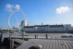 LONDEN, ENGELAND - OKTOBER, 2016: Het beroemde Oog van Londen naast Provinciehuis in Londen royalty-vrije stock afbeeldingen