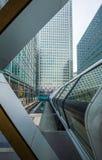 Londen, Engeland - Openbare crossrailvoetgangersbrug en de wolkenkrabbers Stock Afbeeldingen