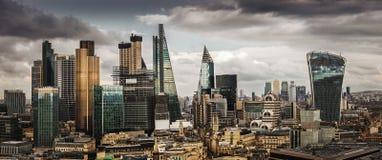 Londen, Engeland - Panoramische horizonmening van Bank en Canary Wharf, centraal Londen die ` s financiële districten leiden royalty-vrije stock fotografie