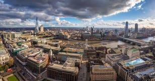 Londen, Engeland - Panoramische horizonmening van Londen met Millenniumbrug, beroemde wolkenkrabbers en andere oriëntatiepunten royalty-vrije stock afbeelding