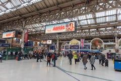 LONDEN, ENGELAND - SEPTEMBER 29, 2017: Victoria Station in Londen, Engeland, het Verenigd Koninkrijk stock afbeelding