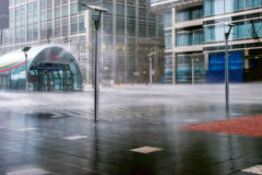 LONDEN - FEBRUARI 12: Stortbui in Canary Wharf Docklands Stock Foto's