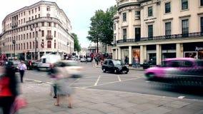 Londen Geschoten op Canon 5D Mark II met Eerste l-Lenzen Centrale weg Het overgaan van auto's en bussen stock video