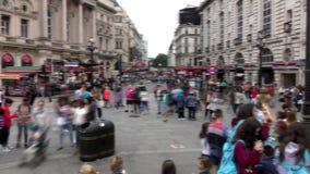 Londen Geschoten op Canon 5D Mark II met Eerste l-Lenzen Het Circus van Piccadilly Door de stoepen te lopen gaan de mensen en de  stock video
