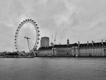 Londen/Groot-Brittannië - November 01 2016: Panorama op de Rivier Theems en London Eye stock foto's