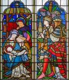 LONDEN, GROOT-BRITTANNIË - SEPTEMBER 14, 2017: De Bewondering van Magi op het gebrandschilderde glas in de kerk St Michael Cornhi Stock Afbeelding