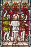 LONDEN, GROOT-BRITTANNIË - SEPTEMBER 19, 2017: De Flagellatie op het gebrandschilderde glas in St Mary Abbot ` s kerk royalty-vrije stock afbeelding