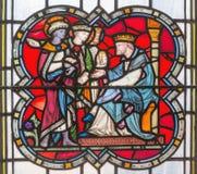LONDEN, GROOT-BRITTANNIË - SEPTEMBER 14, 2017: De gelijkenis van de talenten op het gebrandschilderde glas in de kerk St Michael  Stock Foto's