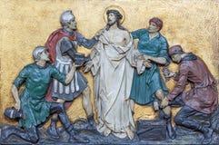 LONDEN, GROOT-BRITTANNIË - SEPTEMBER 17, 2017: De hulp Jesus Stripped van Zijn Kledingstukken in kerk St Marys Pimlico stock afbeelding