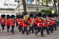 Londen, Groot-Brittannië, 20 September, 2014, de Militaire Band van de Koninklijke Wachten marcheert aan Buckingham Palace royalty-vrije stock foto's