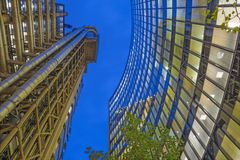 LONDEN, GROOT-BRITTANNIË - SEPTEMBER 18, 2017: De torens van Willis-de bouw en Lloyd ` s de bouw bij schemer Stock Afbeeldingen