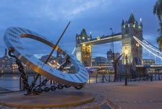 LONDEN, GROOT-BRITTANNIË - SEPTEMBER 16, 2017: De van de Torenbruid en zon klok op de rivieroever in ochtendlicht Royalty-vrije Stock Afbeeldingen