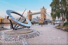 LONDEN, GROOT-BRITTANNIË - SEPTEMBER 14, 2017: De van de Torenbruid en zon klok op de rivieroever in ochtendlicht Stock Foto's