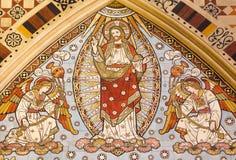 LONDEN, GROOT-BRITTANNIË - SEPTEMBER 15, 2017: Het detail van betegeld mozaïek van Beklimming van Lord in kerk Alle Heiligen stock foto's