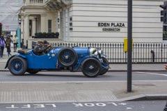 Londen, Groot-Brittanni? 12 april, 2019 Kensingtonstraat Antieke sporten blauwe cabriolet Op de straten van Londen u royalty-vrije stock foto