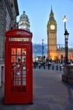 Londen, Grote Kromming, Rode Telefooncel Stock Afbeelding