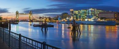 Londen - het panorama met de Torenbrug en de rivieroever bij ochtendschemer Royalty-vrije Stock Foto's