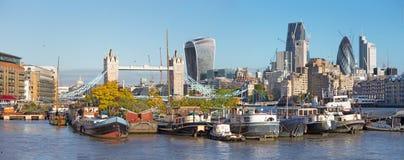 Londen - het panorama met de de de Torenbruid, schepen en wolkenkrabbers in de ochtend Royalty-vrije Stock Fotografie