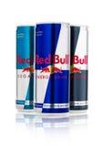 LONDEN, HET UK - 12 APRIL, 2017: Blikken van Red Bull-Energiedrank Sugar Free en Nul Calorieën op witte achtergrond Red Bull is h Royalty-vrije Stock Foto