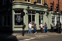 LONDEN, HET UK - APRIL14, 2015: Buitenkant van bar in Londen met veel mensen die en na het werk drinken socialiseren Stock Foto's