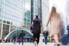 LONDEN, HET UK - 01 APRIL, 2016: De motie vage Post van Canary Wharf van de mensenbenadering Royalty-vrije Stock Afbeeldingen