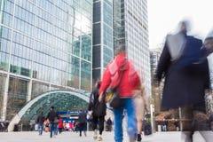 LONDEN, HET UK - 01 APRIL, 2016: De motie vage Post van Canary Wharf van de mensenbenadering Royalty-vrije Stock Foto's