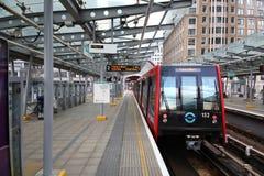 LONDEN, HET UK - 24 APRIL, 2014: De post van Canary Wharf DLR docklands in Londen royalty-vrije stock afbeeldingen