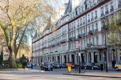 LONDEN, het UK - 14 April: De straat van Londen van typische kleine de 19de eeuw Victoriaanse terrasvormige huizen Stock Fotografie