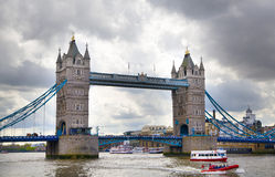 LONDEN, het UK - 24 APRIL, de Torenbrug van 2014 op de rivier Theems Stock Foto
