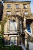 LONDEN, het UK - 13 April: Engels huis met witte kantgordijnen Stock Afbeelding