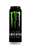 LONDEN, HET UK - 12 APRIL, 2017: A kan van de Drank van de Monsterenergie op wit Geïntroduceerd in 2002 heeft het Monster nu meer Stock Fotografie