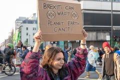 Londen, het UK - 15 April, 2019: Het meisje die een bannerlezing Brexit houden kan wachten De aarde kan niet! Uitstervenopstand royalty-vrije stock fotografie