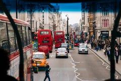 LONDEN, het UK - 13 April: Mening van de Straat van Oxford Stock Foto's
