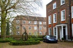 LONDEN, het UK - 13 April: Mening van een Luxueus Engels Rijtjeshuis Stock Afbeeldingen