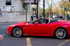 LONDEN, het UK - 14 April, 2015: Mening van rood Ferrari in de straat Stock Foto