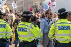 Londen, het UK - 15 April, 2019: Metropolitaanse Politiemannenpatrouilles bij de straat van Oxford Geblokkeerde de campagnevoerde royalty-vrije stock fotografie