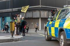 Londen, het UK - 15 April, 2019: Politiewagen op de straat die van Oxford wordt geparkeerd Uitstervenopstand campagnevoerders geb royalty-vrije stock afbeeldingen