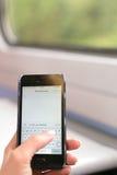 Londen, het UK - 31 Augustus 2016: De hand van de vrouw houdt een Iphone Royalty-vrije Stock Foto