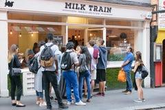 Londen, het UK - 30 Augustus 2016: Het de koffievenster van de Melktrein in Londen Stock Foto