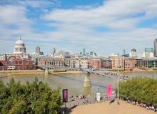 Londen, het UK - 18 Augustus, 2010: niet geïdentificeerde groep toeristengang Royalty-vrije Stock Foto's