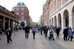 LONDEN, HET UK - 14 AUGUSTUS, 2010: niet geïdentificeerde troep van toeristen wal Stock Fotografie