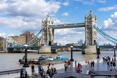 LONDEN, HET UK - 22 AUGUSTUS: Torenbrug in Londen op 22 Augustus, 20 Stock Afbeeldingen
