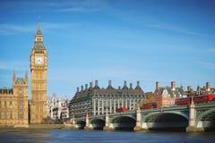 Londen, het UK Big Ben en de Brug van Westminster met Rode bussen stock afbeeldingen