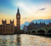 Londen, het UK. Big Ben, het Paleis van Westminster bij zonsondergang Stock Foto